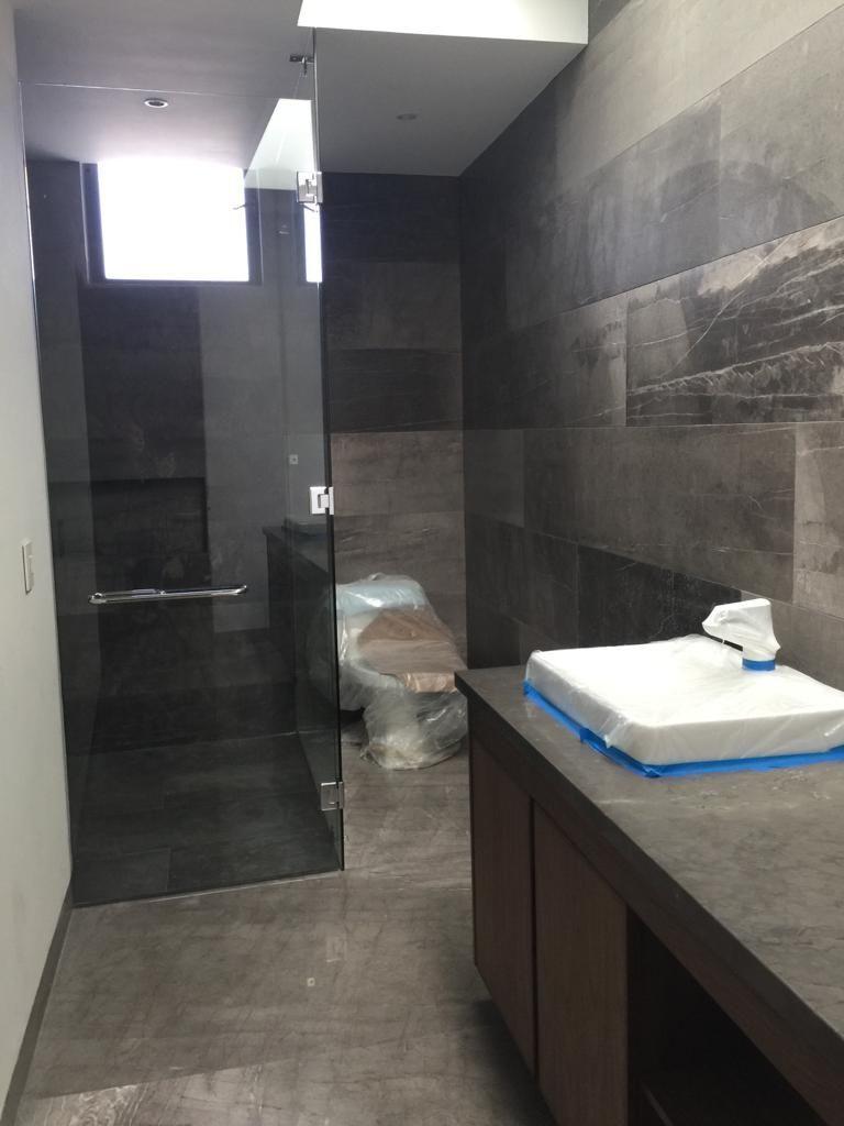 9 de 29: baño con cristal templado