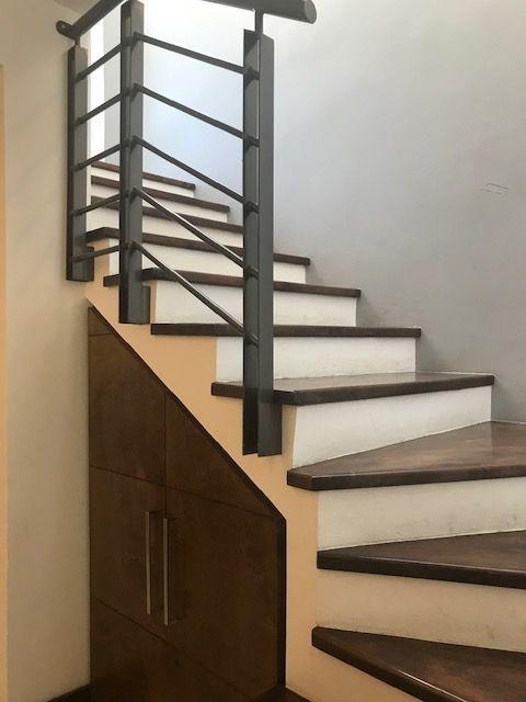 2 de 12: Escalera con barandal moderno y escalones de madera