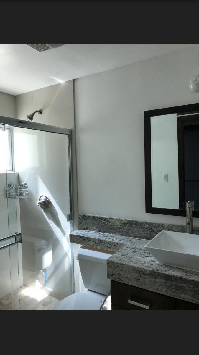 12 de 12: Baño con cancel de vidrio templados