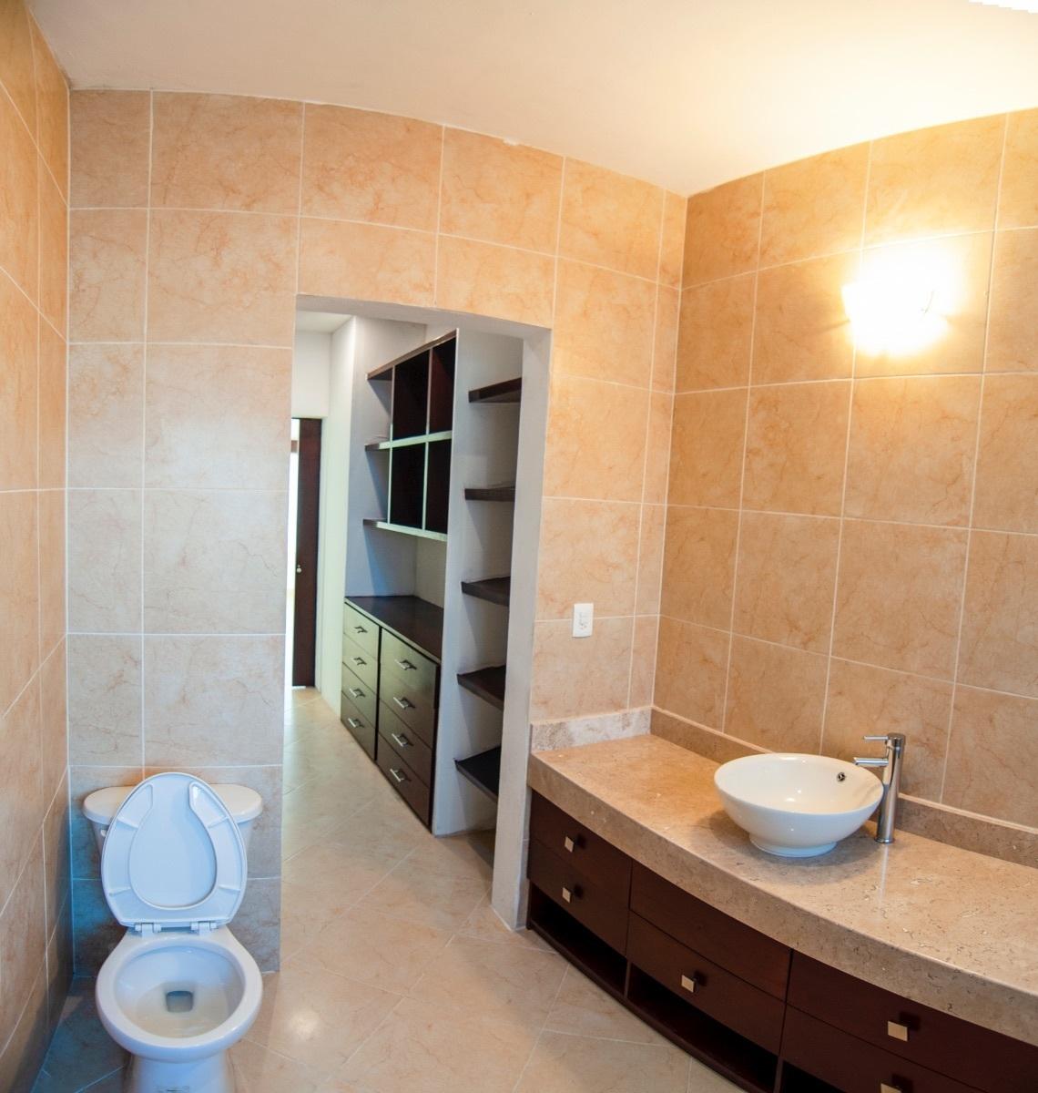 18 de 25: Baño con closet vestidor