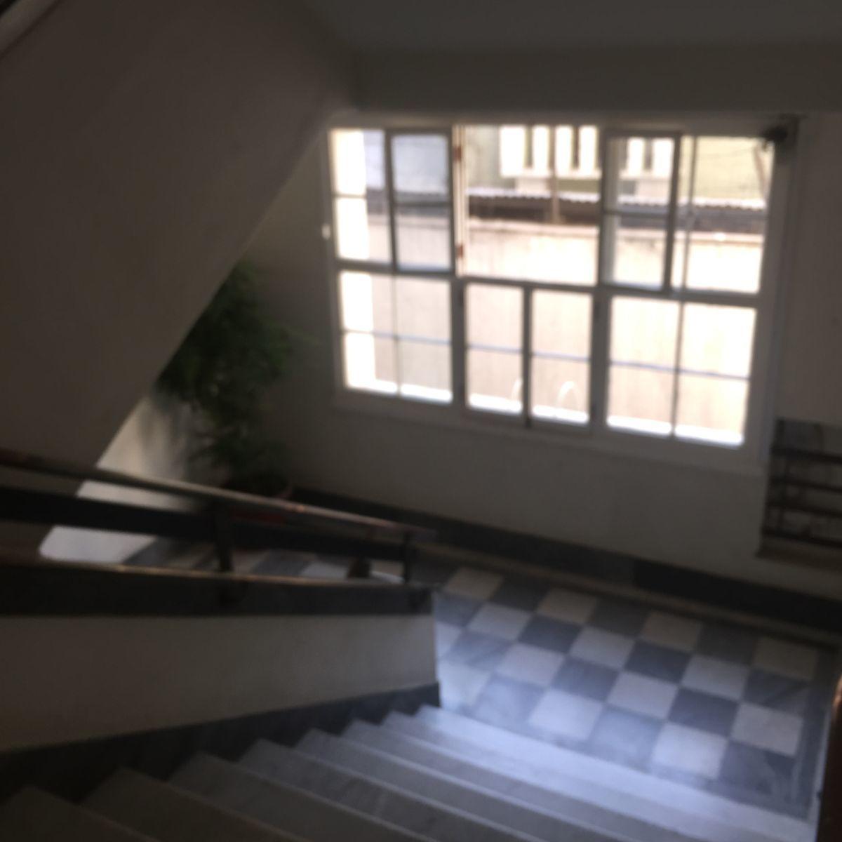 8 de 9: Escalera interior edificio