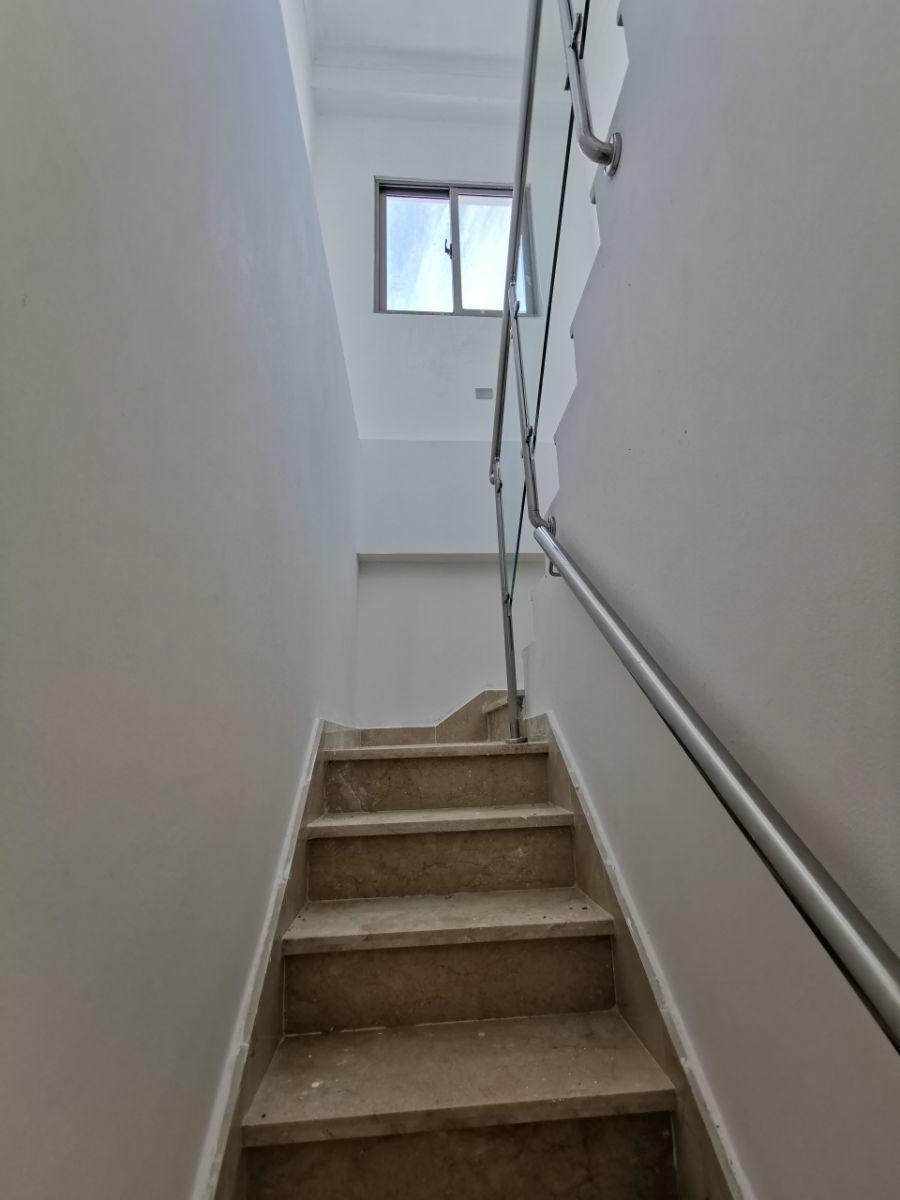 11 de 22: Escalera hacia 2ndo nivel