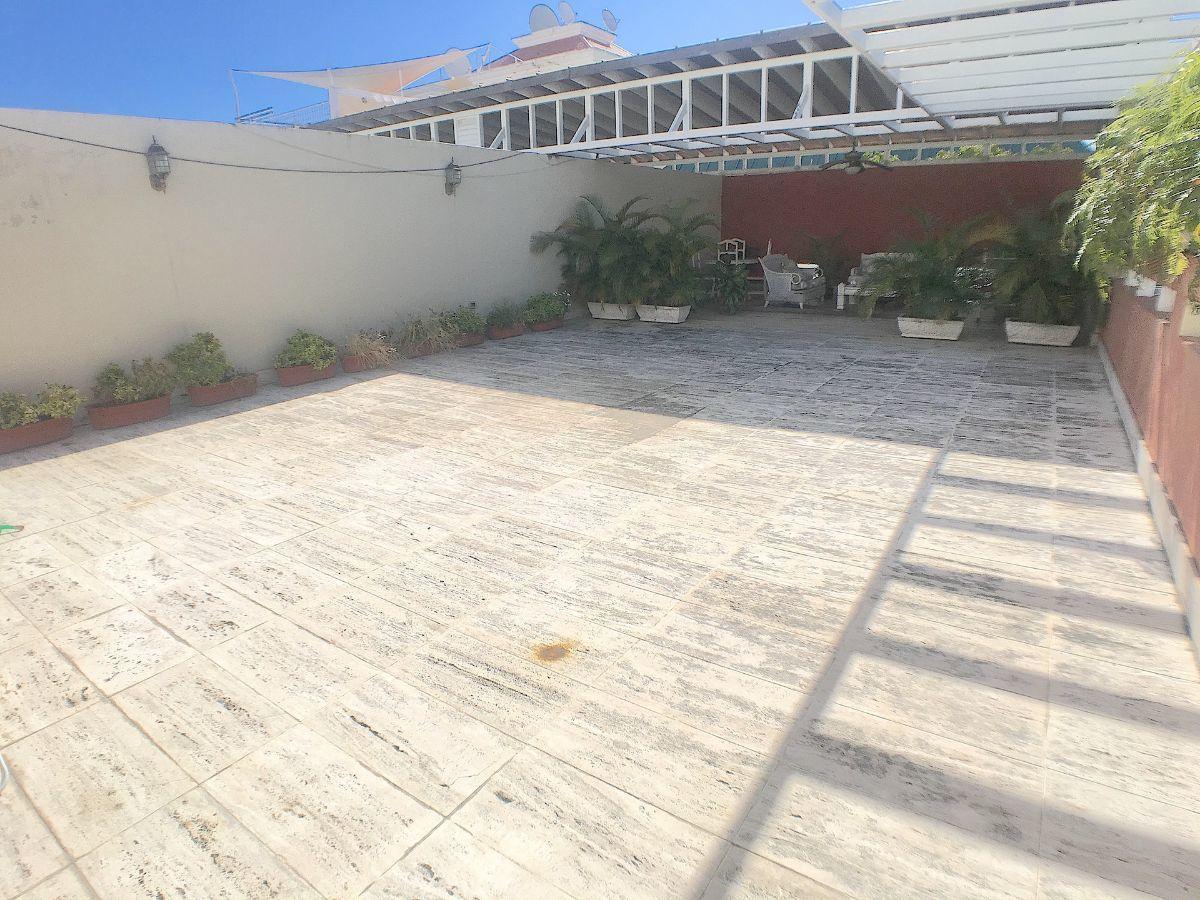 4 de 22: Amplia terraza trasera para actividades familiares