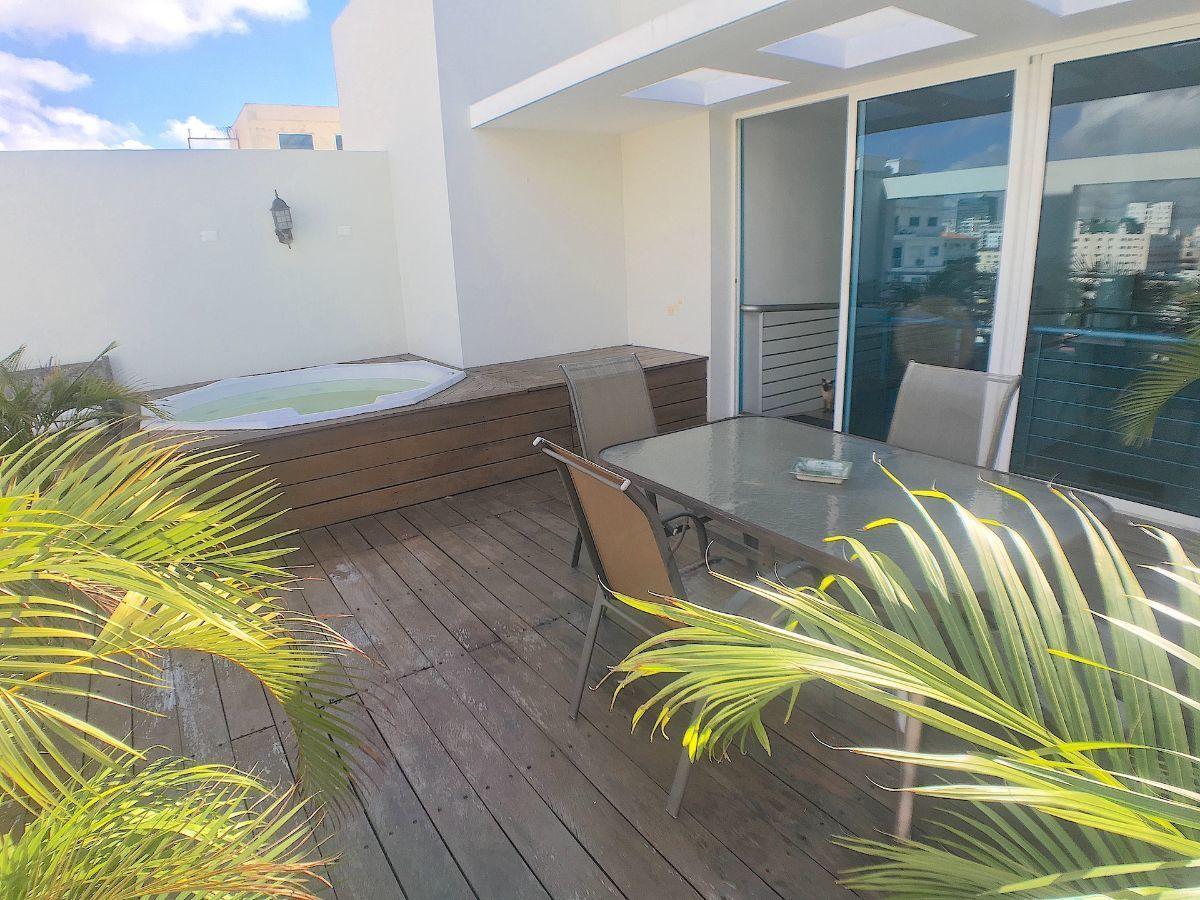 2 de 22: Cómoda terraza delantera con jacussy