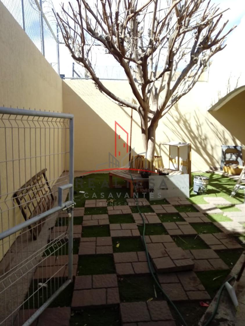 30 de 30: Jardín con pasto sintético