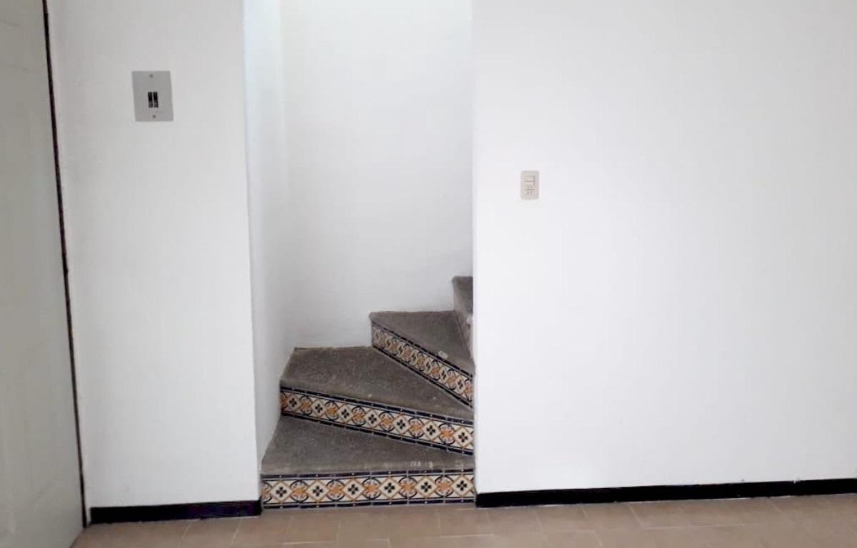 7 of 10: Detalle de la escalera