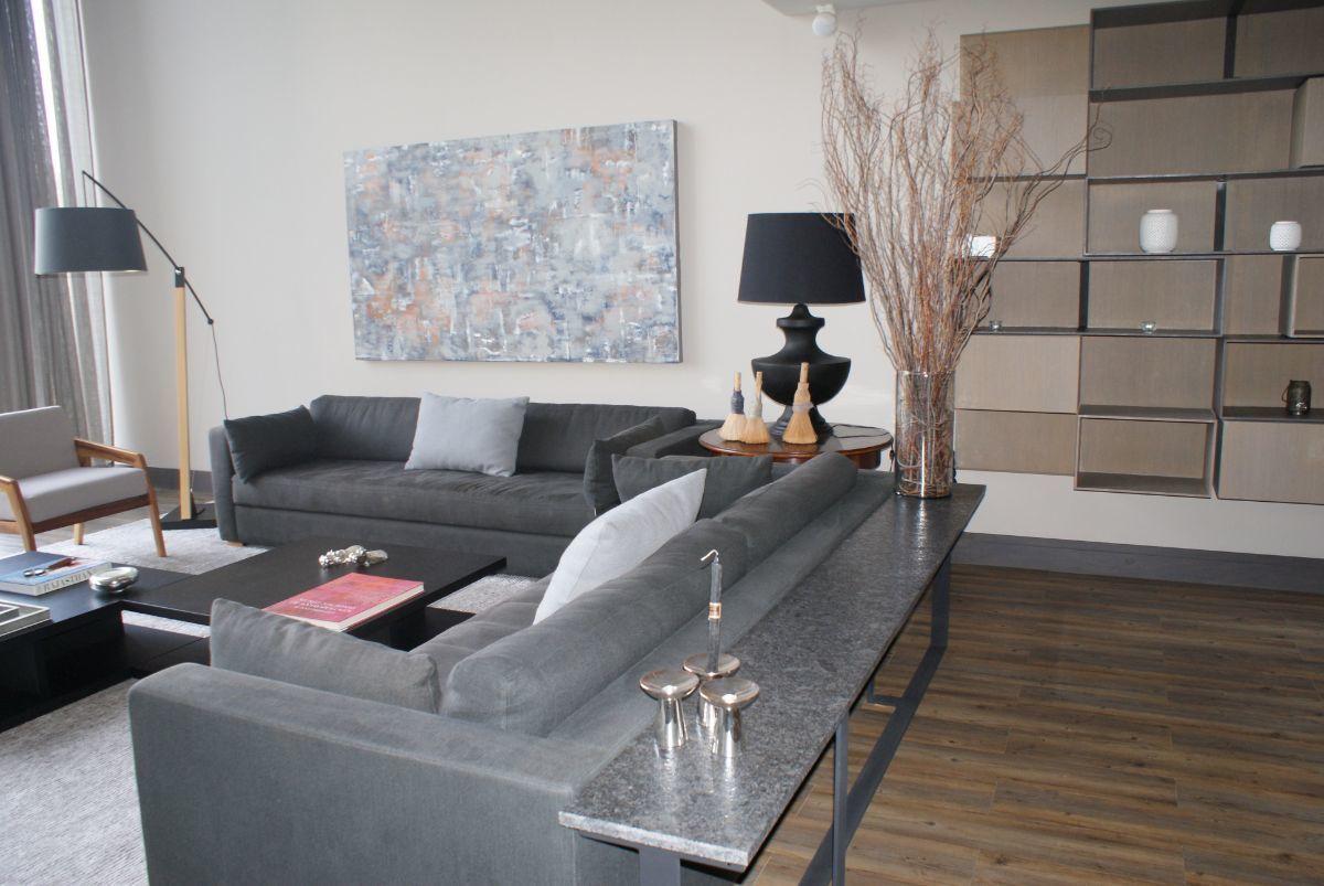 5 de 28: Sala con librero, sofás, tapetes, lámparas y accesorios