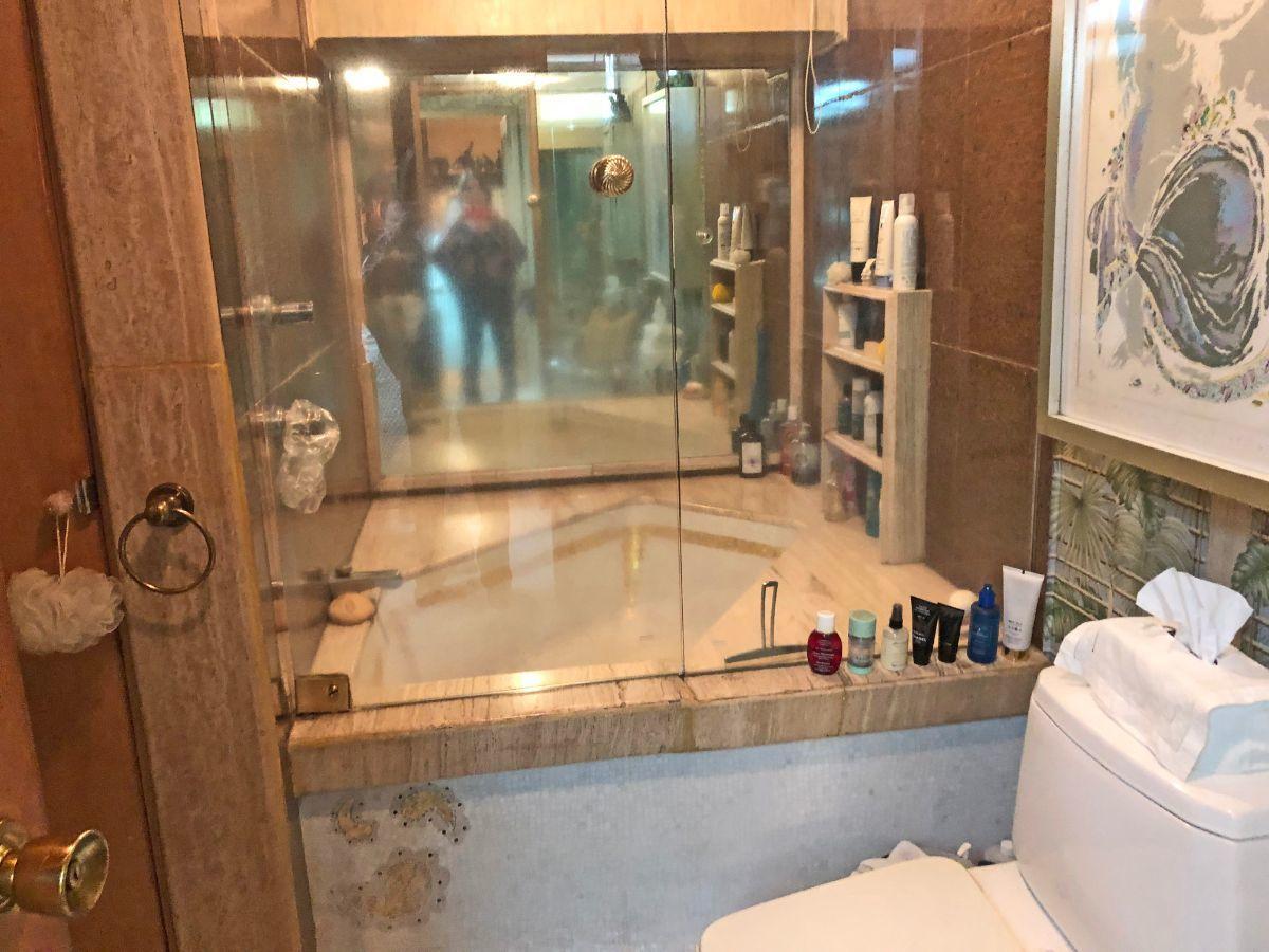 11 de 23: baño de la recámara principal con tina