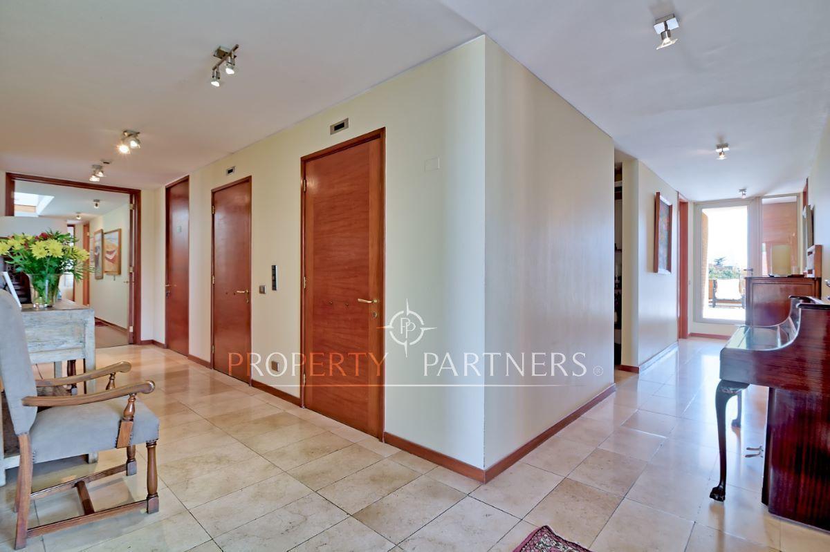 4 de 18: Hall de entrada y pasillo a dormitorios