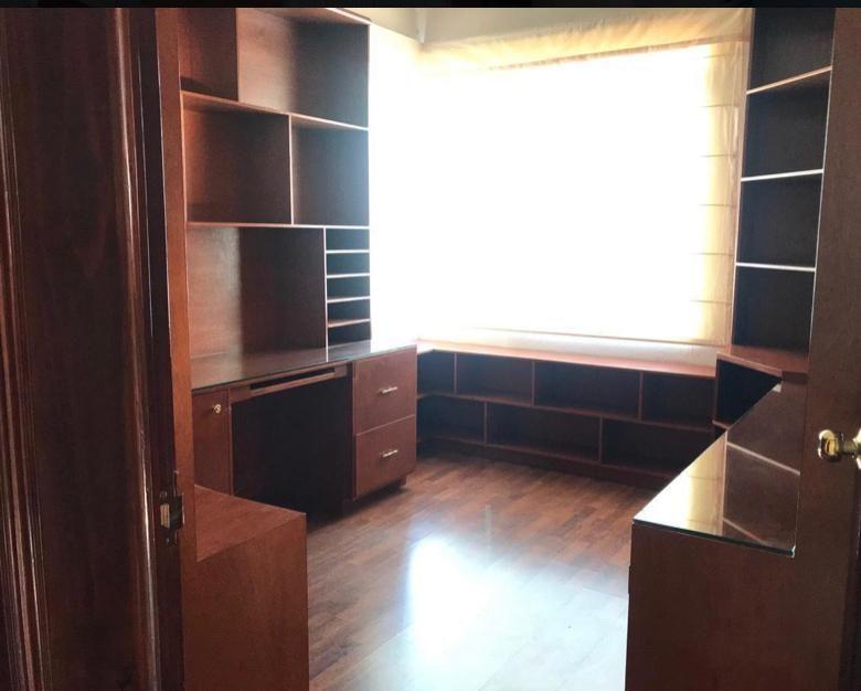 5 de 19: Estudio con muebles empotrados de fina madera