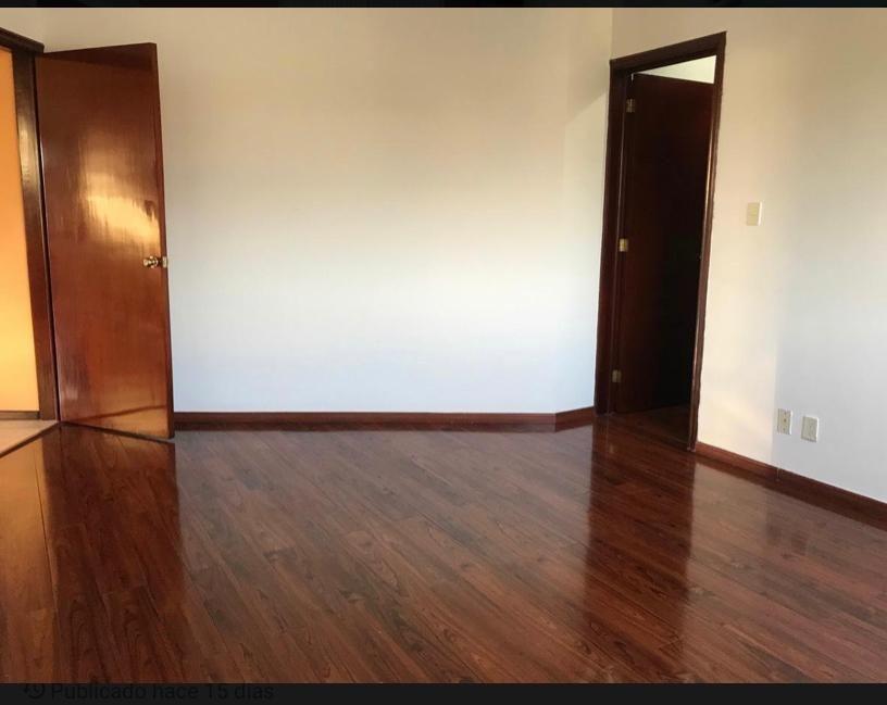 16 de 19: Recámara secundaria con pisos de madera