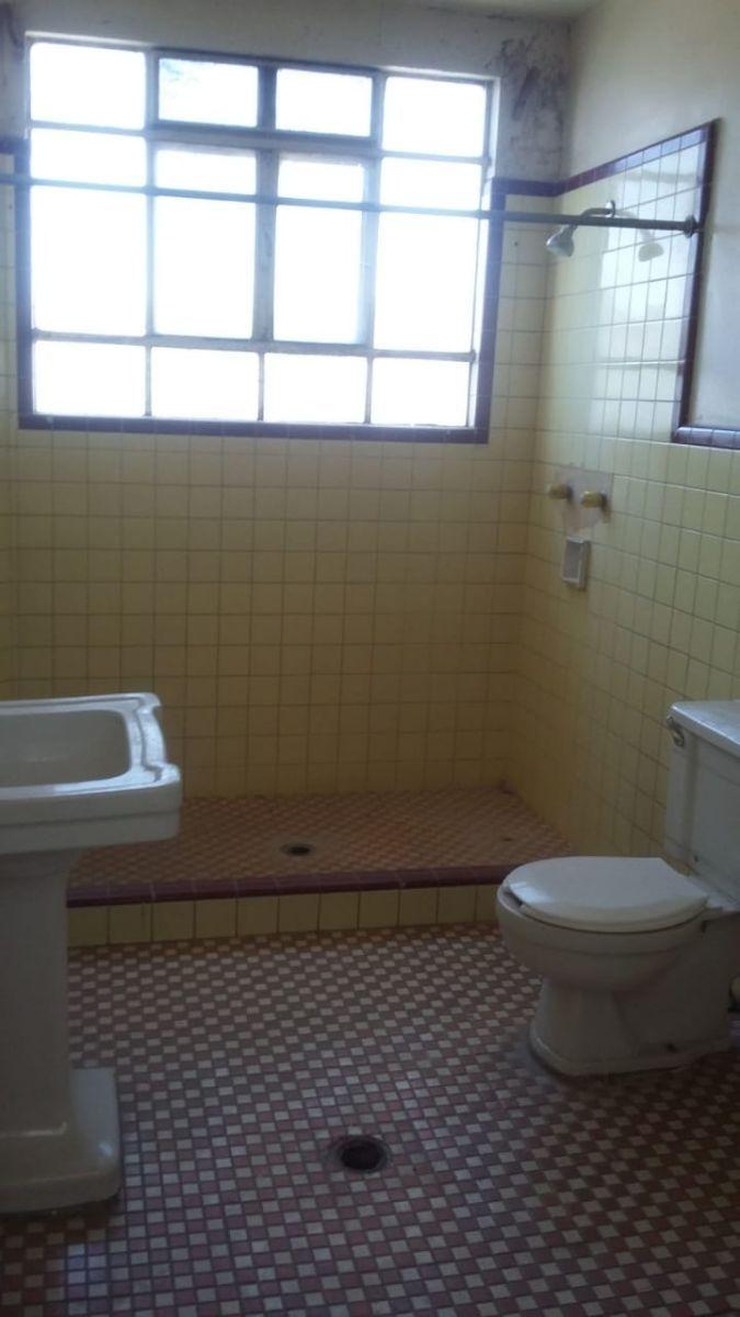 13 de 14: Baños  muy amplios. Muebles de baño antiguos pero rescatable
