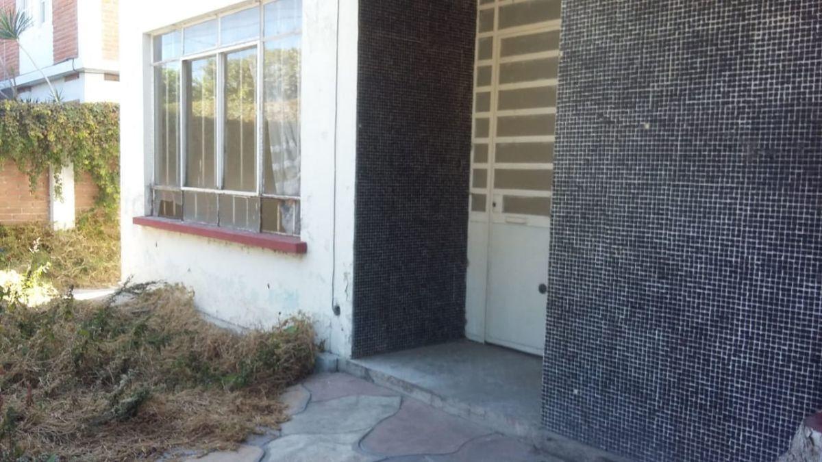 3 de 14: Puertas anchas, la casa esta fincada en el centro del terren
