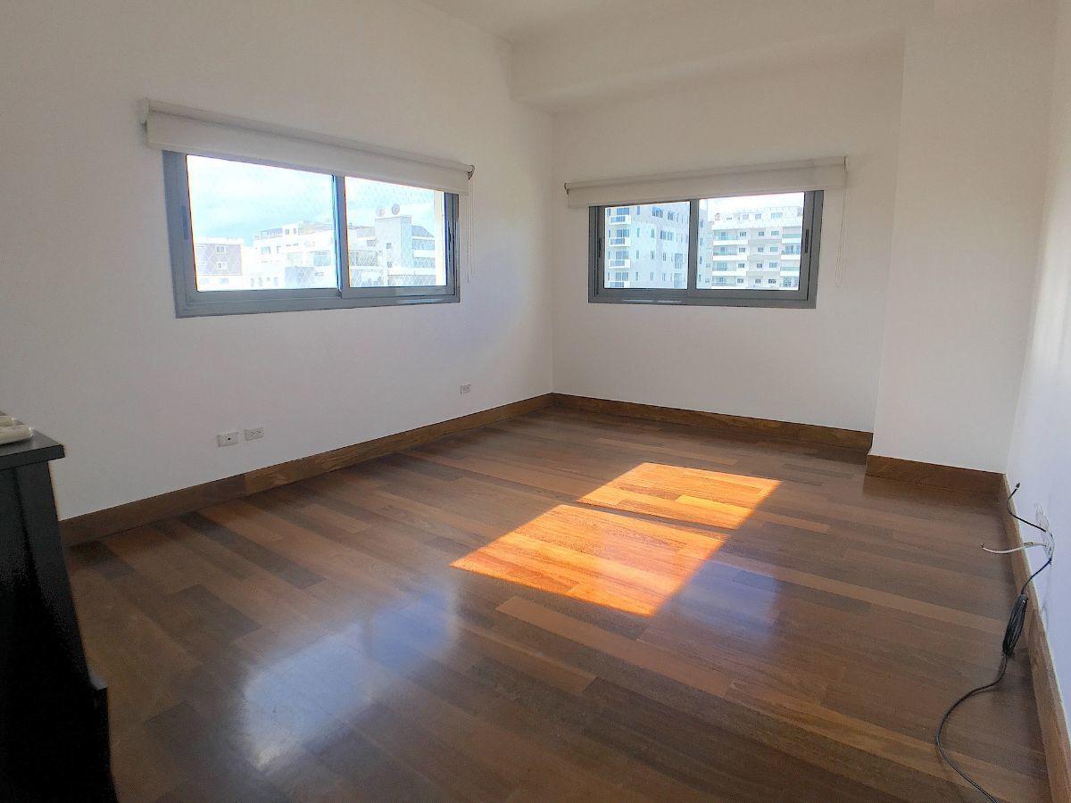 4 de 13: Habitación principal con 2ble ventilación