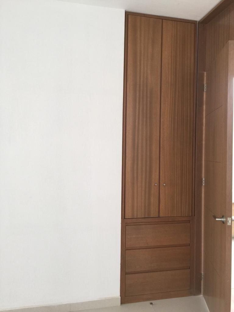 17 de 29: closet blancos en estar tv