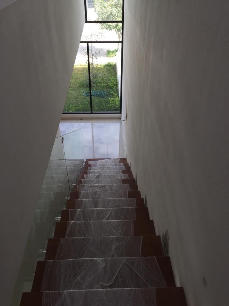 19 de 29: vista al jardin desde escalera