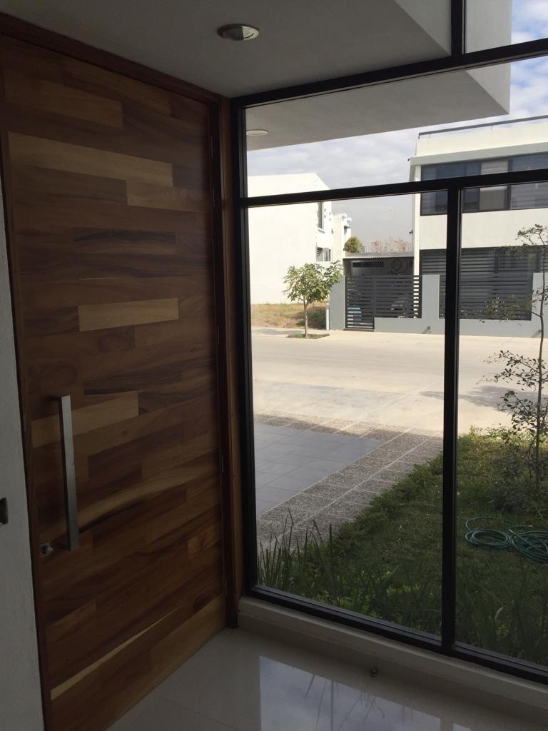 21 de 29: puerta de parota en ingreso y amplios ventanales