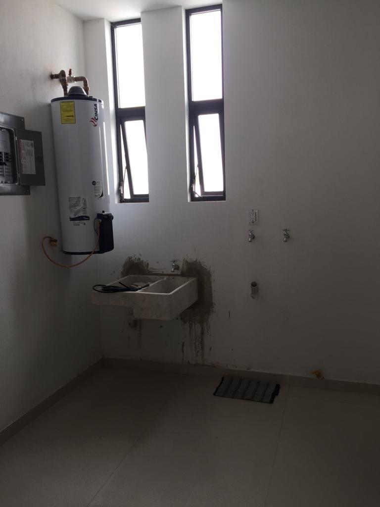 23 de 29: lavadero y boiler en  cuarto de lavado