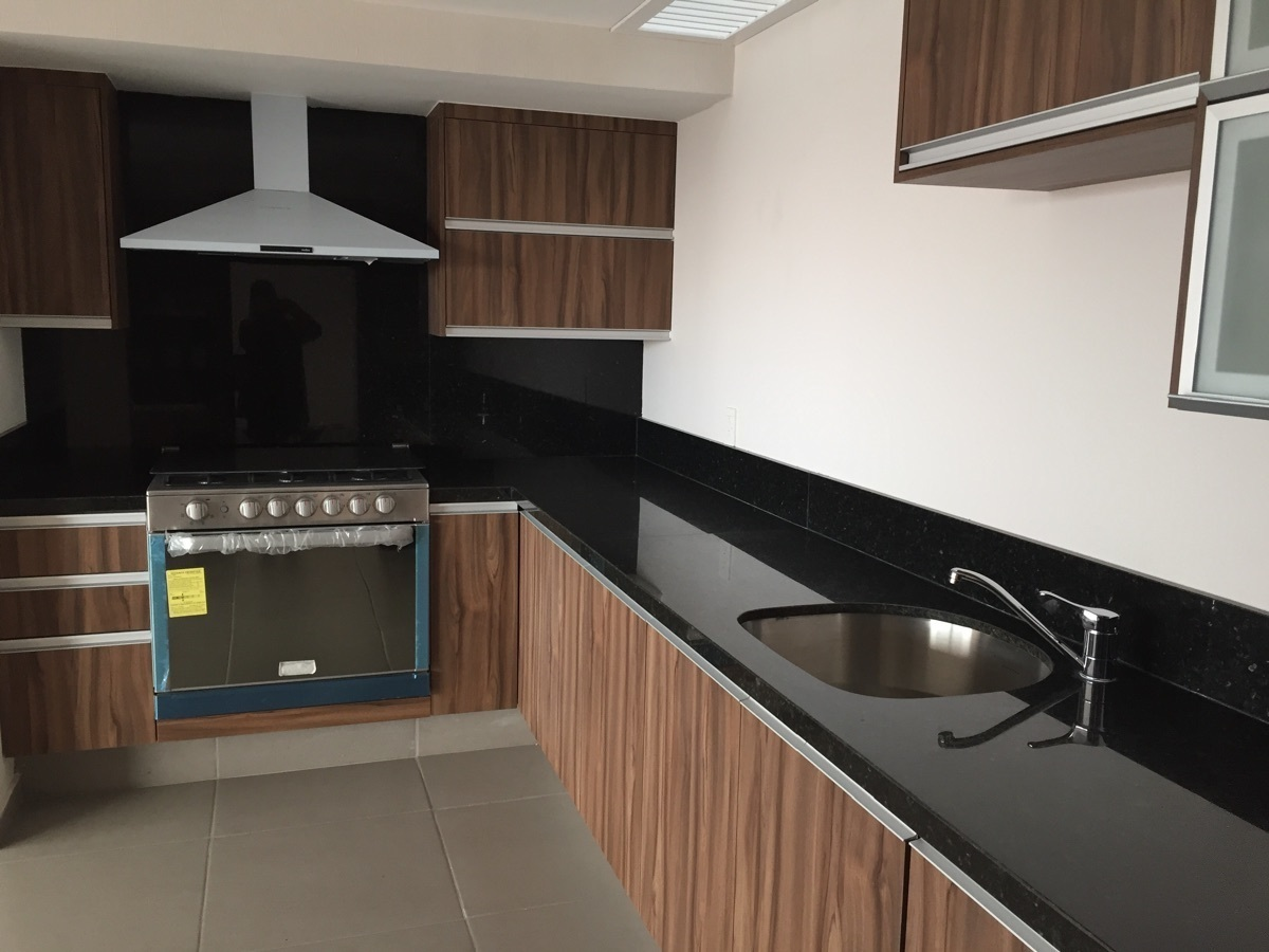 2 de 40: Elegante cocina en tono nuez y granito negro