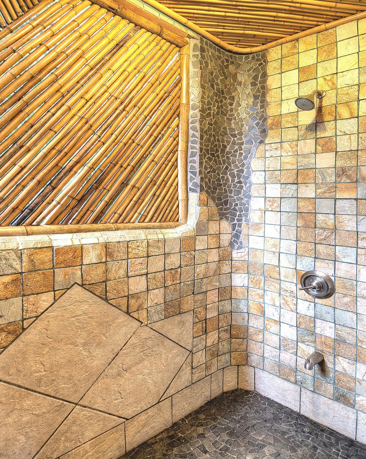 5 de 11: Master shower shows the creative details found throughout.