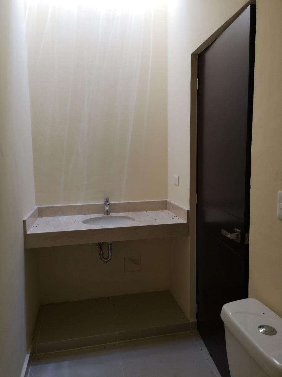 15 de 28: Baño de la habitación secundaria 2