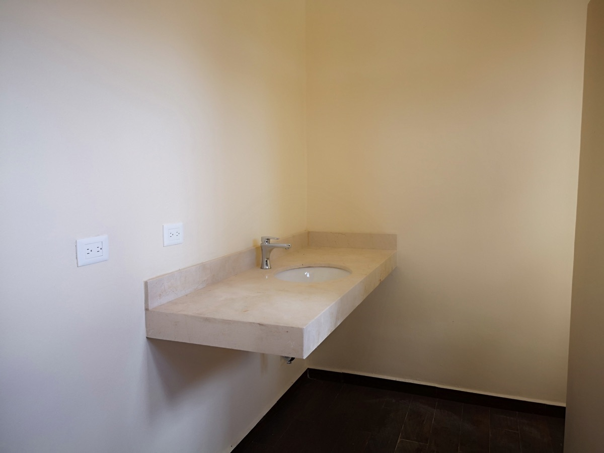 20 de 28: Lavabo baño habitación principal