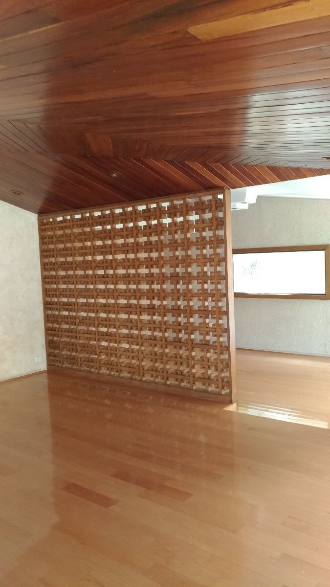 6 de 17: Acabados de madera y pisos de marmól