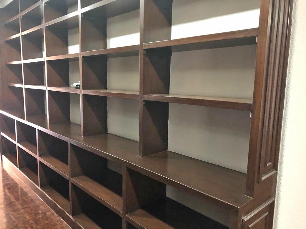 10 de 24: pasillo con libreros