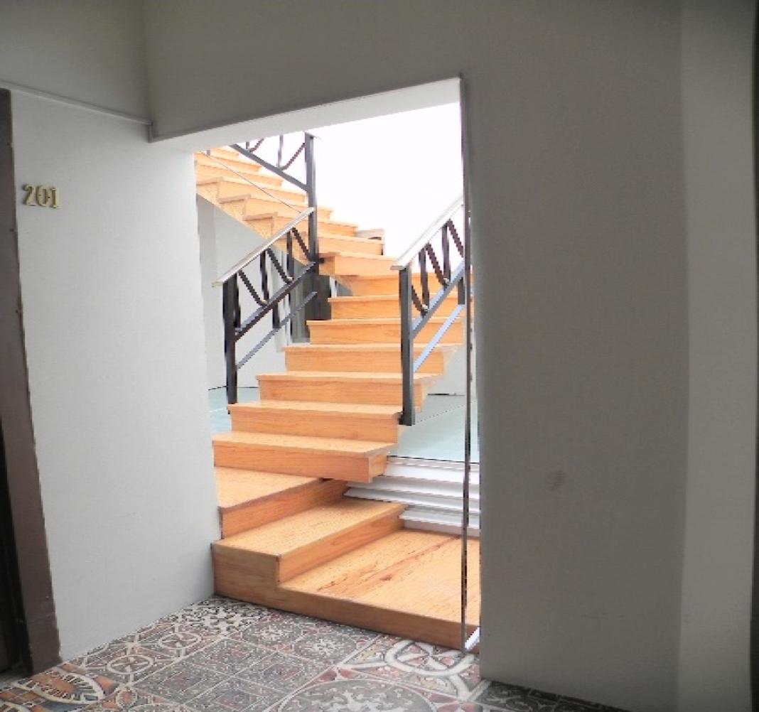 3 de 7: Escaleras iluminadas por luz natural