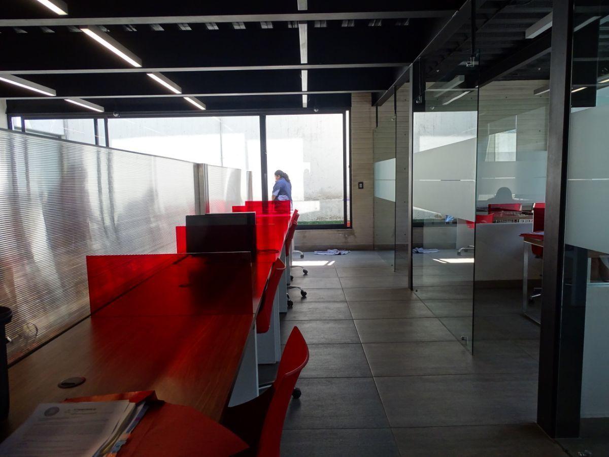 7 de 18: Diseño industrial con canceles de cristal templado