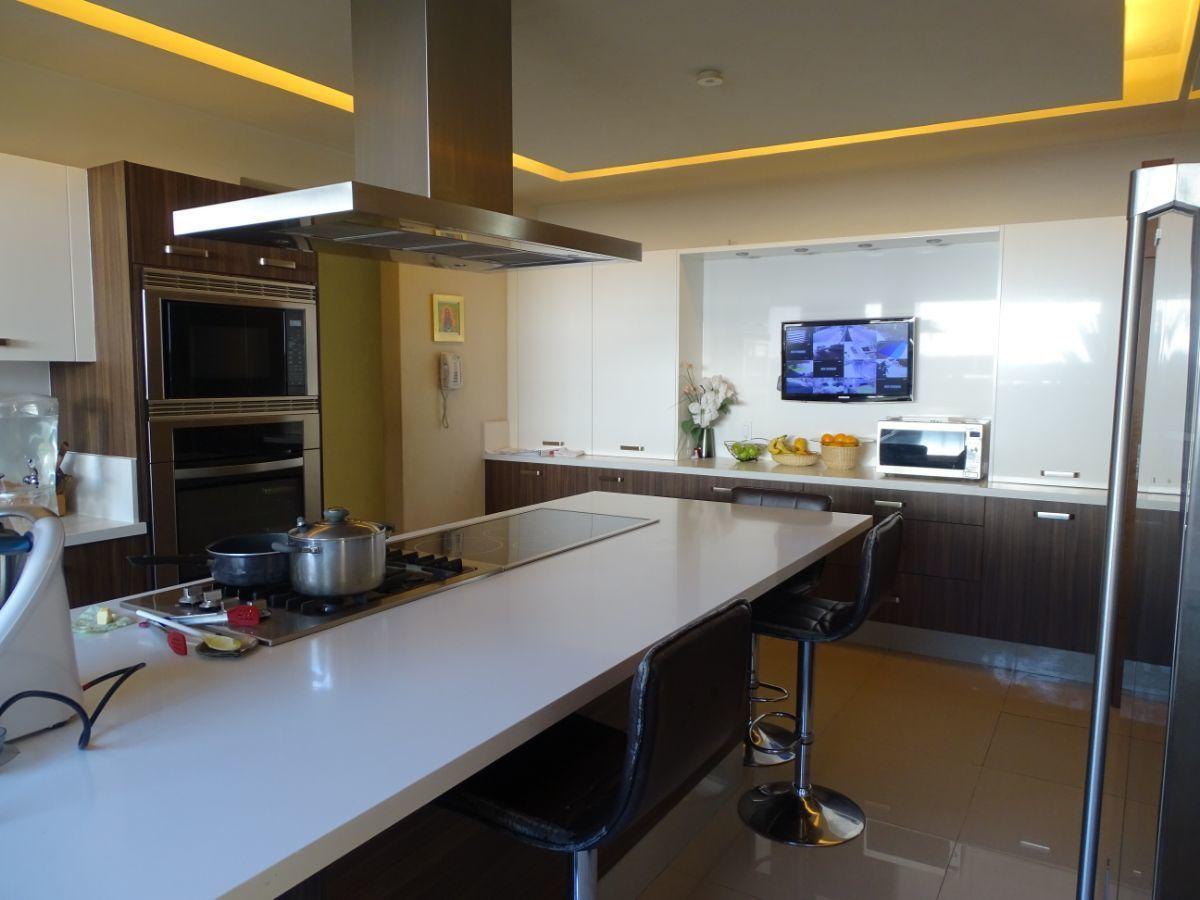 28 de 48: Detalles de luz indirecta en cocina