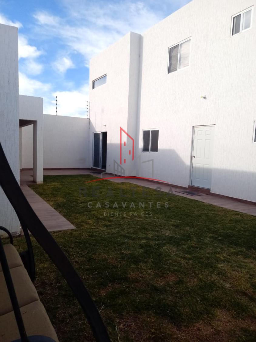 23 de 28: Vista de jardín con entradas a la casa