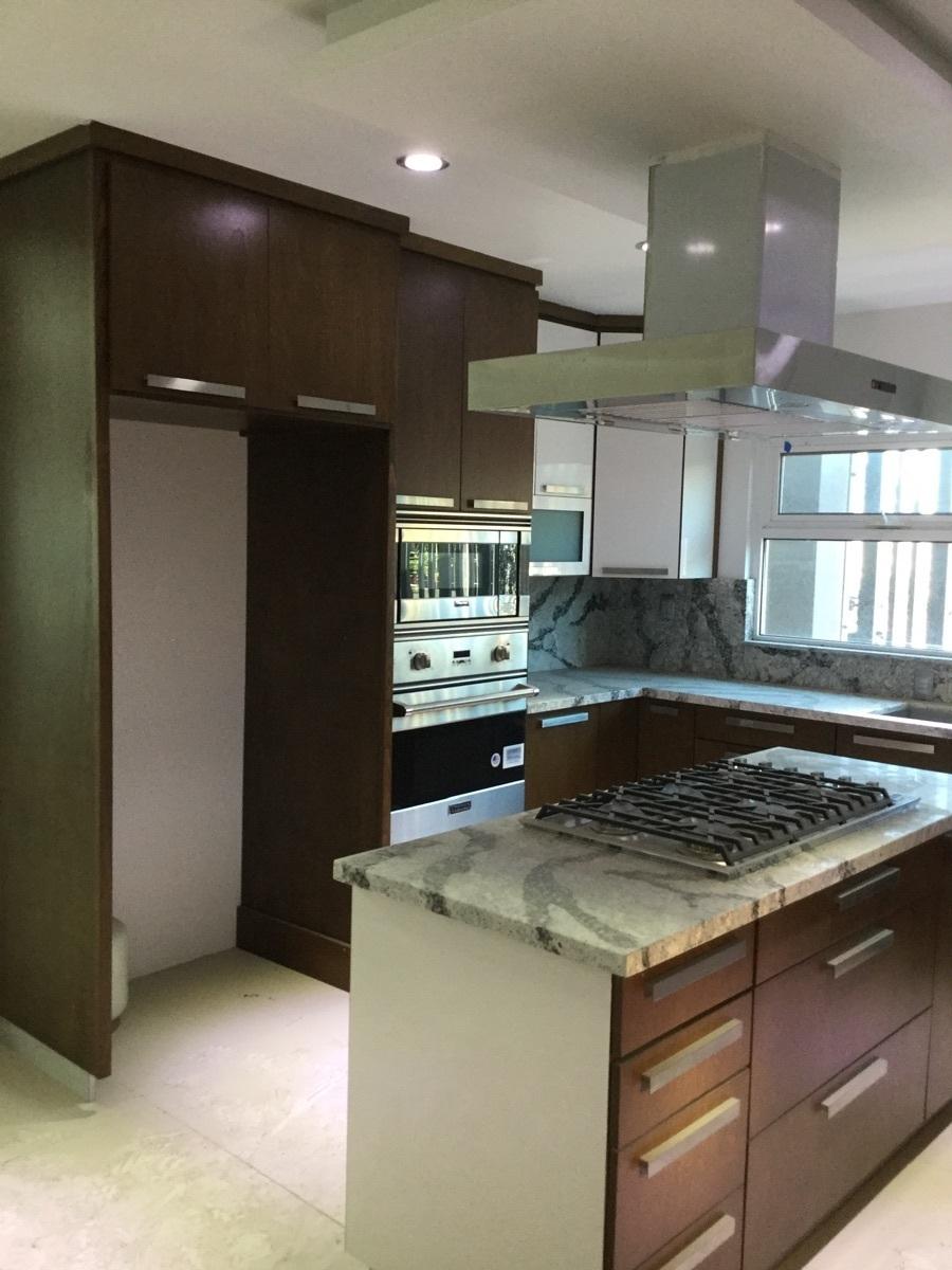 4 de 29: Cocina integran con estufa, campana y horno de pared
