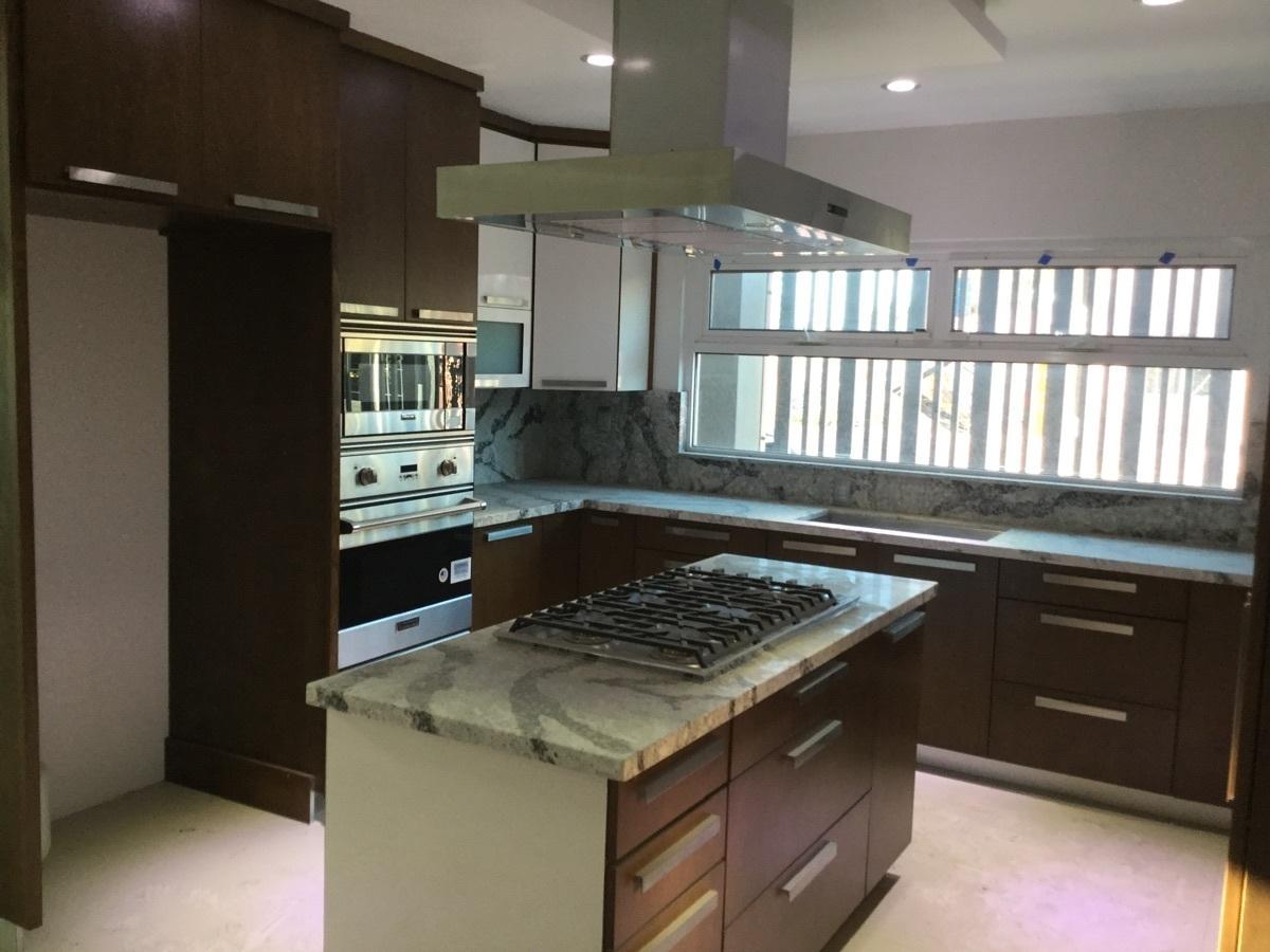 6 de 29: Isla en cocina con estufa y campana de acero inoxidable