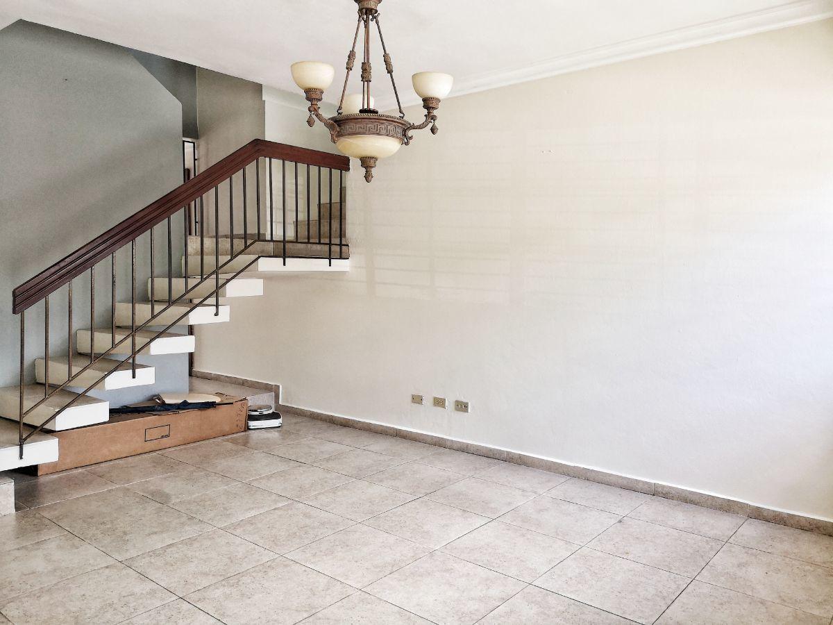 5 de 21: Escalera de acceso 2do piso