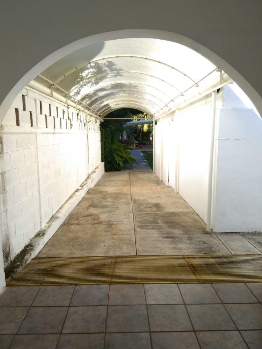 8 de 19: pasillo que conecta el garage con el jardin trasero