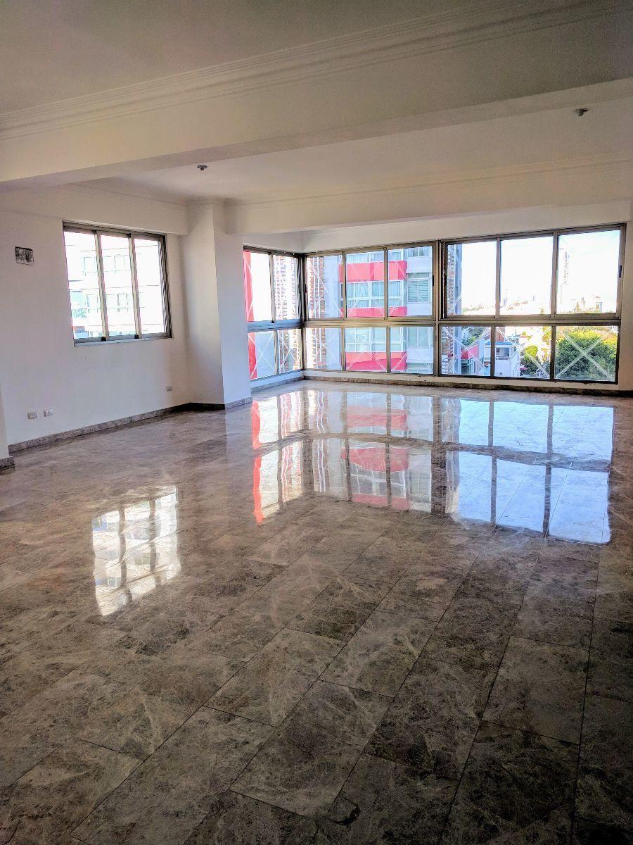 8 de 17: Sala-comedor con piso de marmol.