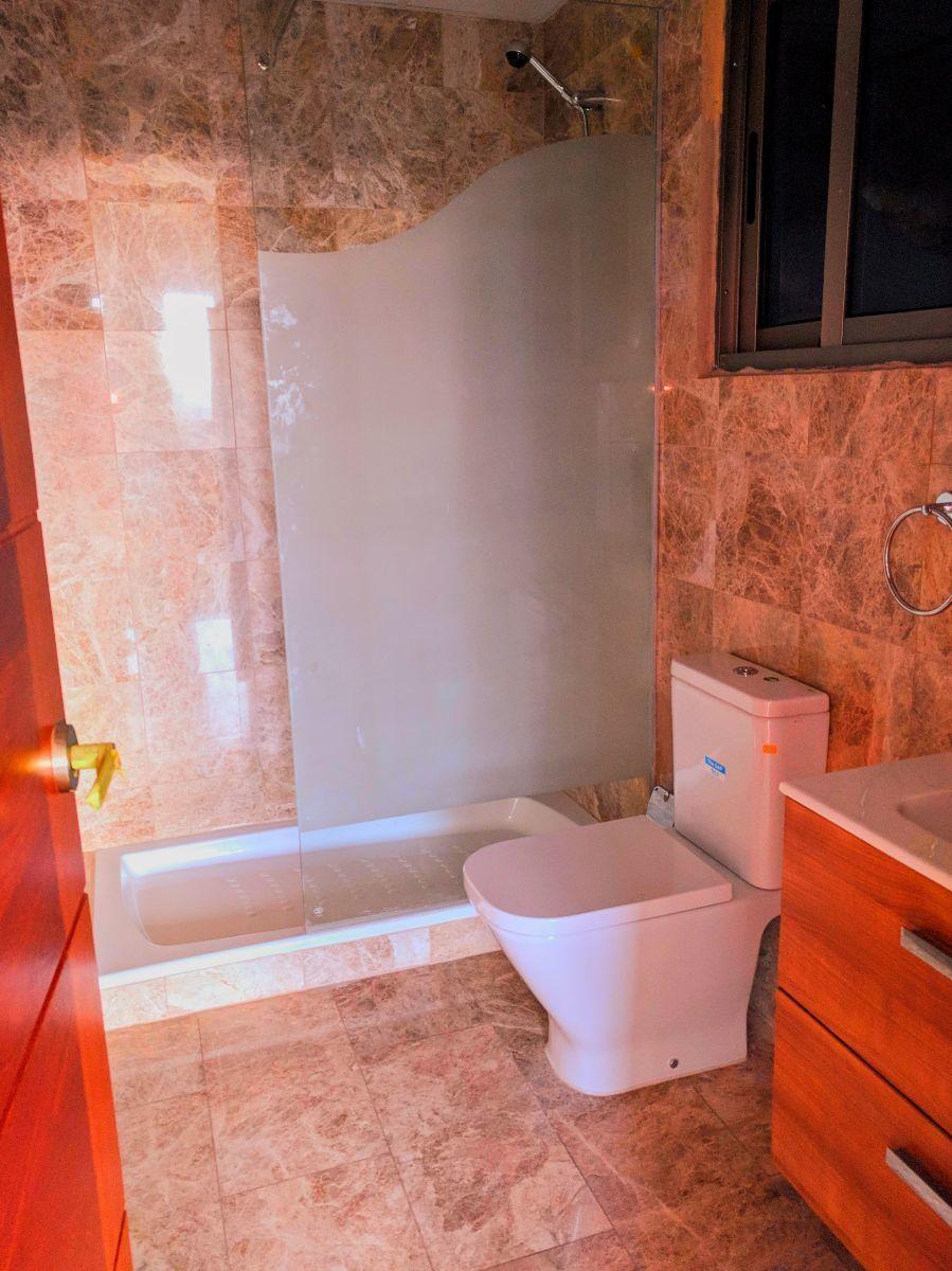 9 de 17: Baño de habitaciones secundarias revstidas en marmol.
