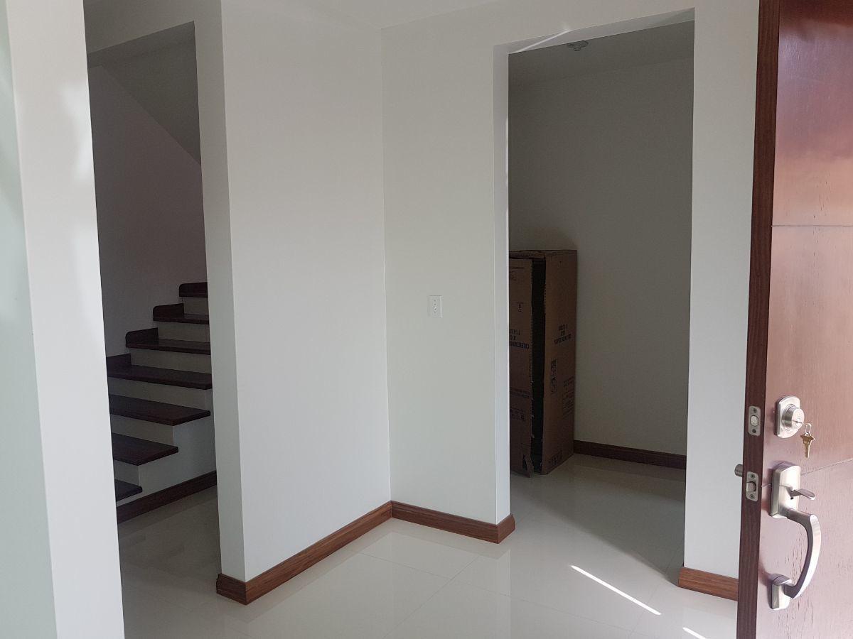 10 de 27: Baño de visitas, cuarto de lavar, escaleras