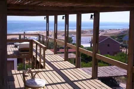 Espectacular casa minimalista con vista al mar for Casa minimalista historia