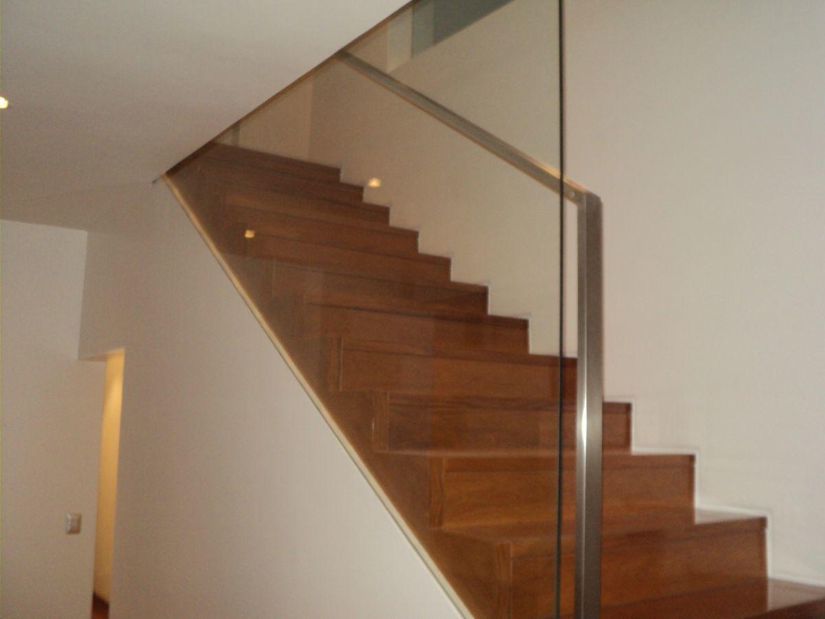 6 de 24: Escalera al segundo piso.