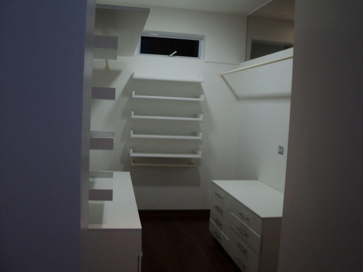 16 de 24: Walking closet dormitorio secundario.