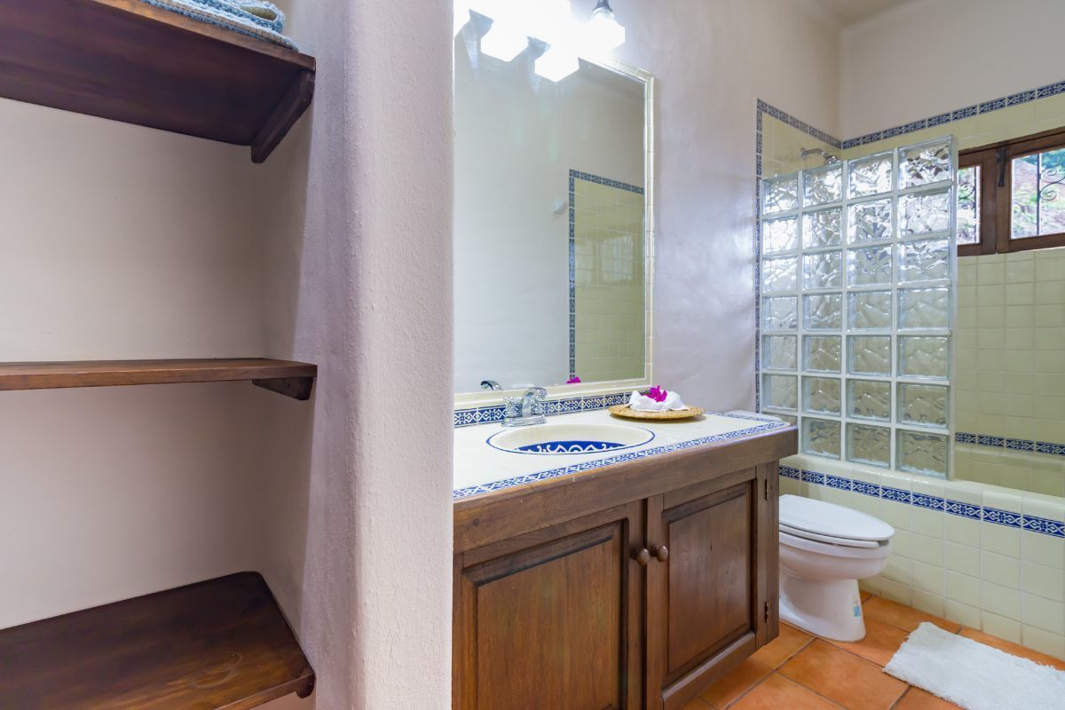 11 de 32: bathroom of the first apartment