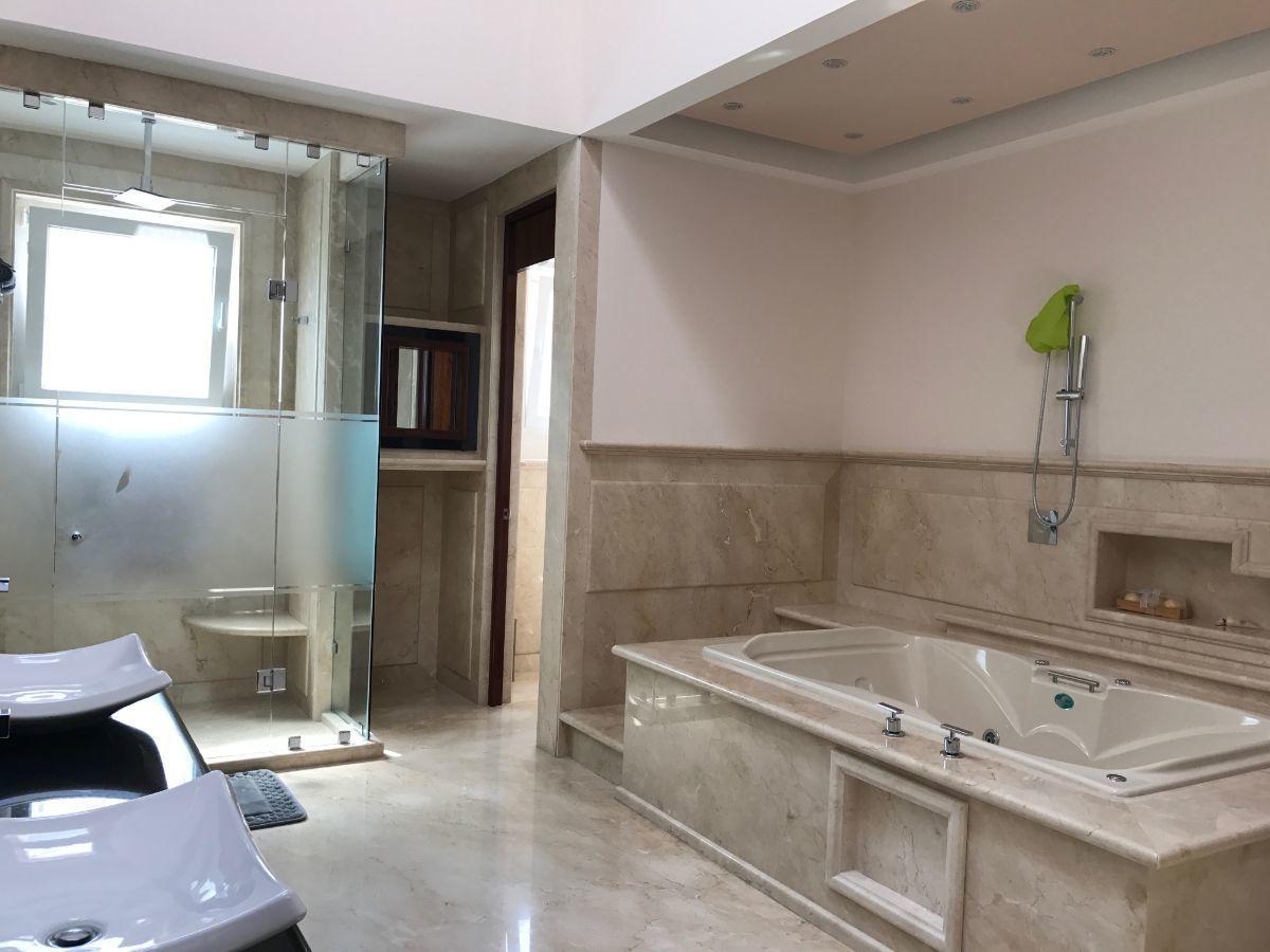 22 de 48: lujoso baño con jacuzzi dos baños regadera en recámara pal.