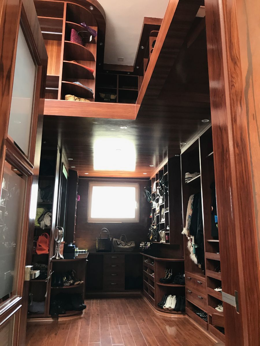 25 de 48: vestidor todo de madera de dos pisos