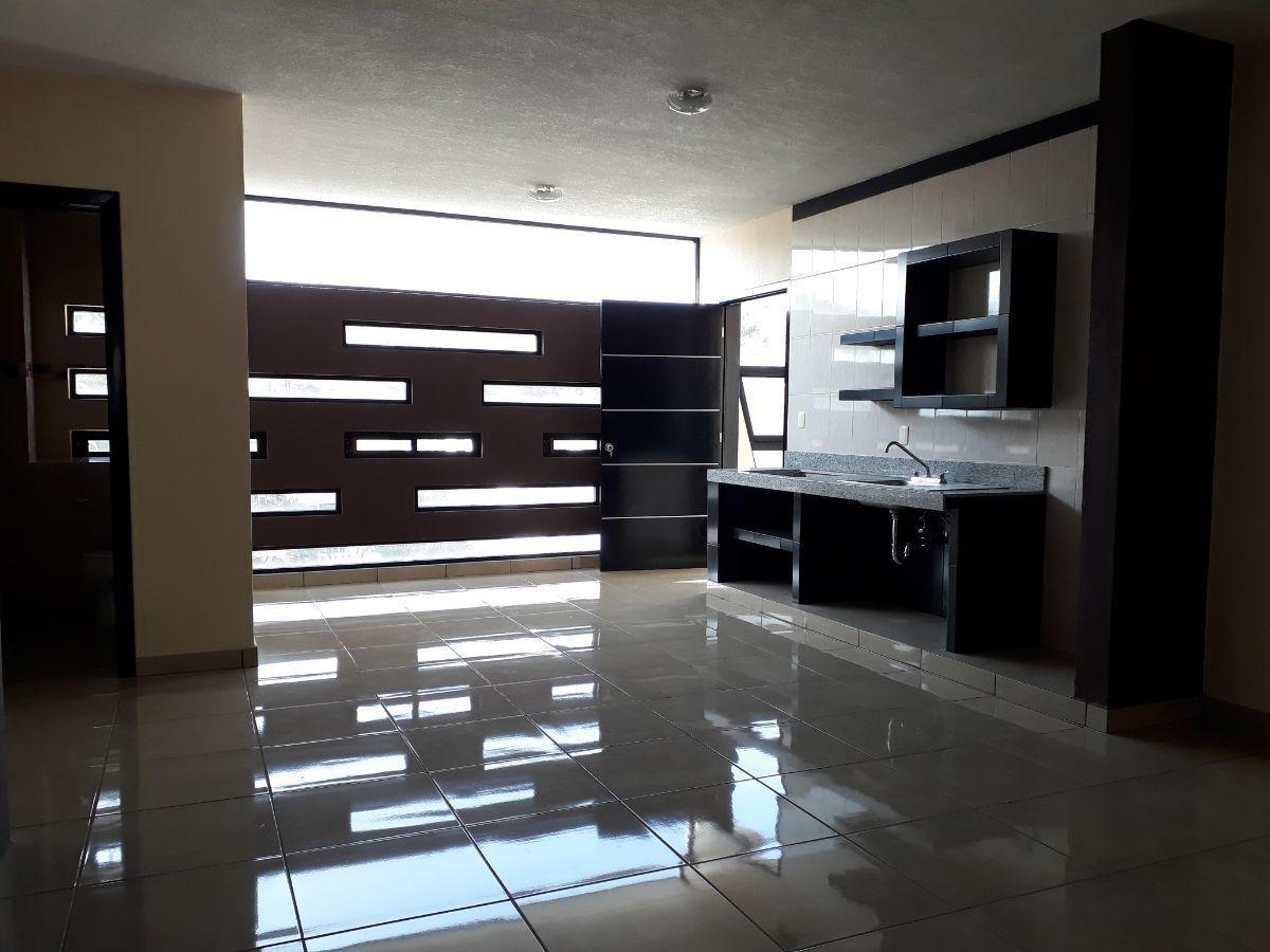 9 de 18: Amplios espacios, barra de granito en área de cocina.