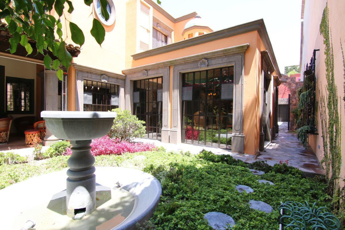 2 of 39: Jardín con fuente de cantera