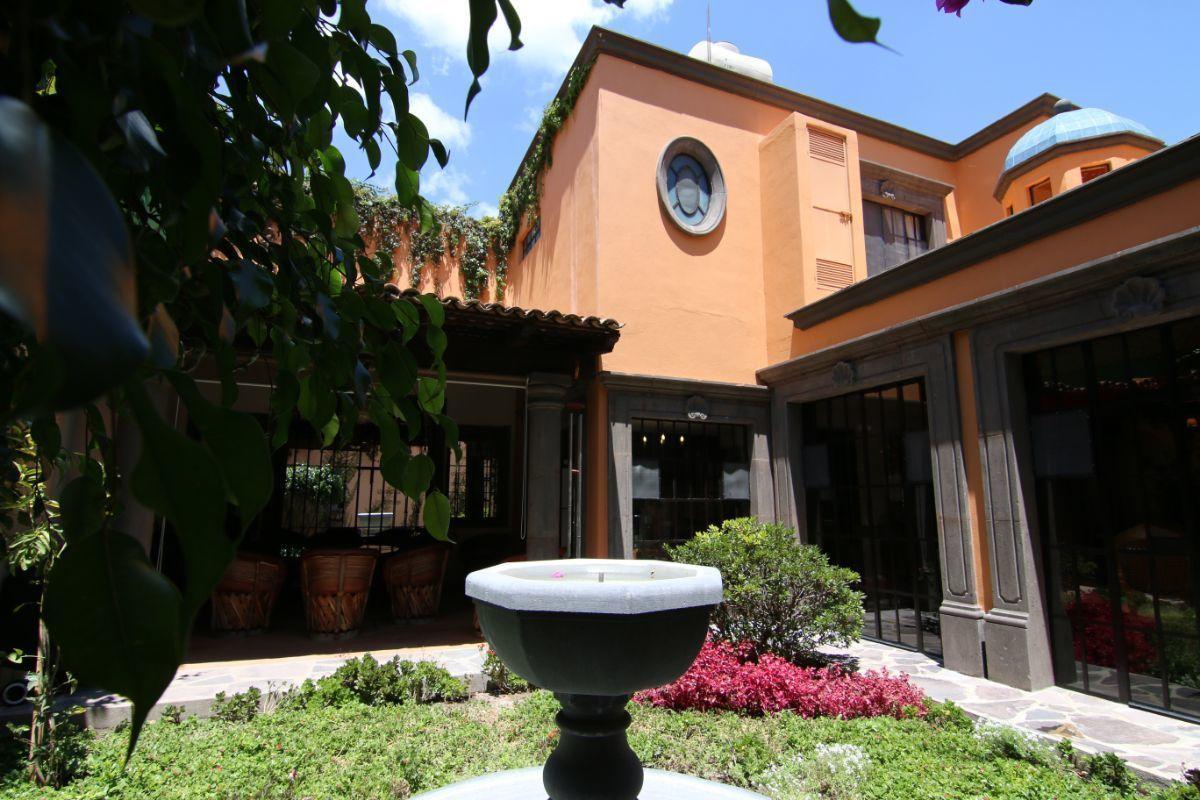 5 of 39: Jardín trasero con fuente de piedra