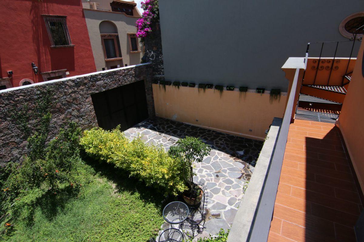 11 of 39: Vista desde balcón en racámara planta alta