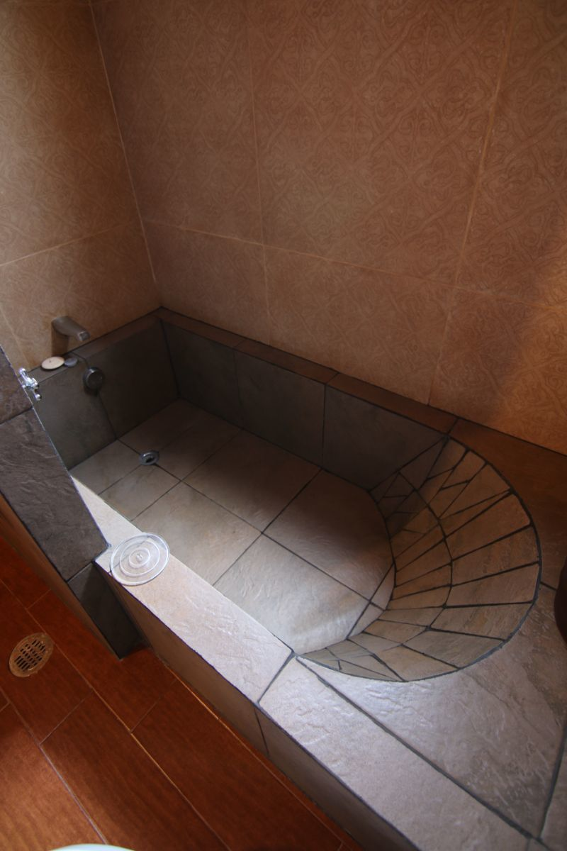 12 of 39: Detalle en tina de baño